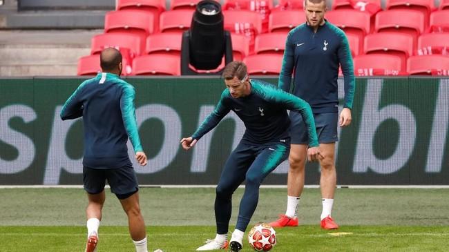 Bek Tottenham Hotspur yang juga mantan pemain Ajax Amsterdam, Jan Vertonghen, dipastikan bisa bermain setelah mengalami cedera di bagian wajah pada leg pertama. (Reuters/Matthew Childs)