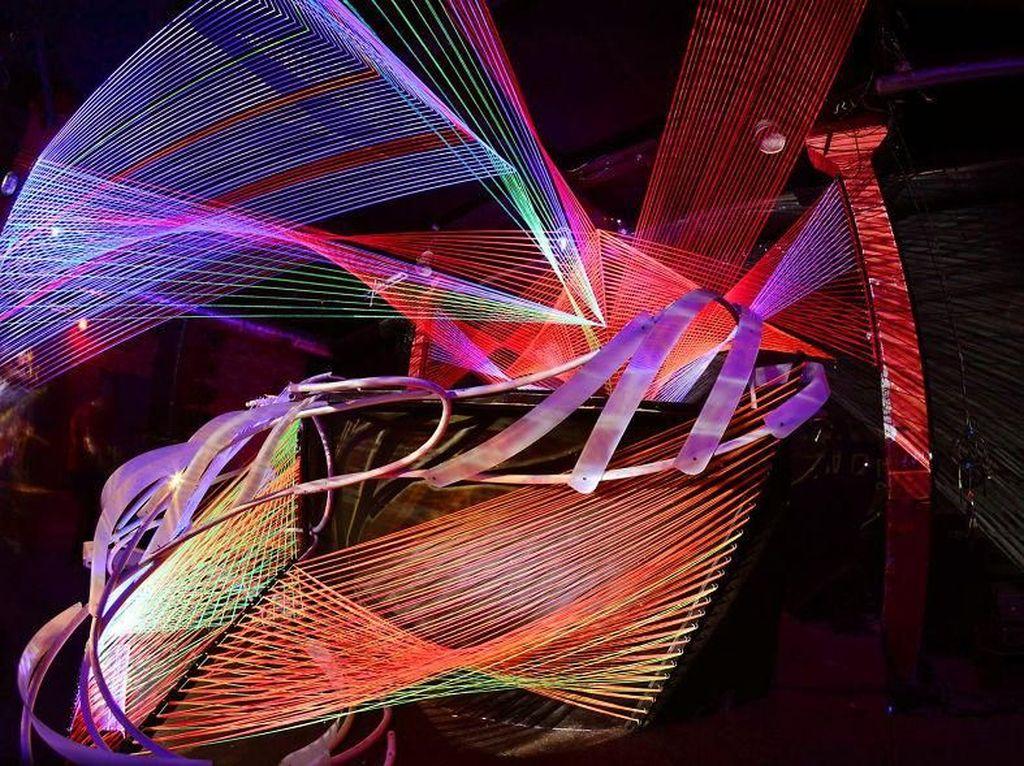 Warna-warna dihasilkan melalui sinar ultraviolet hingga membentuk desain ataupun konsep yang kece dan menarik.Dok. decocethecode