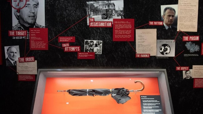 Payung yang digunakan KGB untuk membunuh Georgi Markov.(SAUL LOEB / AFP)