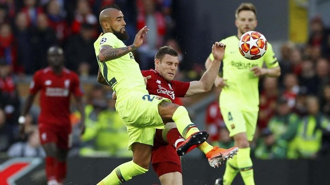 James Milner menunjukkan mental petarung dengan bermain spartan sepanjang pertandingan. Milner memainkan dua peran di laga ini sebagai gelandang dan bek kiri menggantikan Andrew Robertson. (REUTERS/Phil Noble)