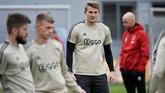 Kapten sekaligus bek tengah Ajax Amsterdam Matthijs de Ligt terlihat serius menjalani latihan terakhir jelang melawan Tottenham Hotspur. (REUTERS/Piroschka Van De Wouw)
