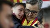 Suporter Barcelona tak bisa menahan kesedihan setelah melihat Lionel Messi dan kawan-kawan menelan kekalahan 0-4 dari Liverpool di Stadion Anfield yang membuat langkah mereka terhenti di semifinal Liga Champions. (Action Images via Reuters/Carl Recine)
