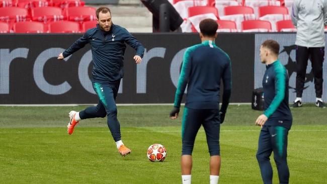 Gelandang Tottenham Christian Eriksen diharapkan bisa bermain lebih apik di leg kedua. Eriksen juga mantan pemain Ajax Amsterdam. (Reuters/Matthew Childs)