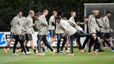 Sementara itu Ajax Amsterdam menjalani latihan terakhir jelang melawan Tottenham Hotspur di Sportcomplex de Toekomst. (REUTERS/Piroschka Van De Wouw)