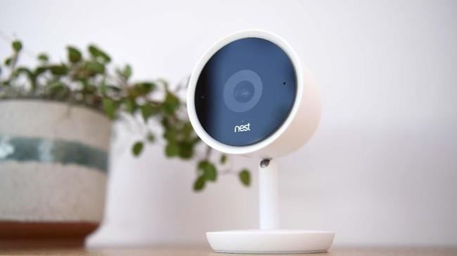 Kamera pintar Nest Cam dibuat untuk memantau kondisi di rumah saat pemiliknya berada di luar. Kamera ini terintegrasi dengan aplikasi Nest App di ponsel.(AFP/ Josh Edelson)