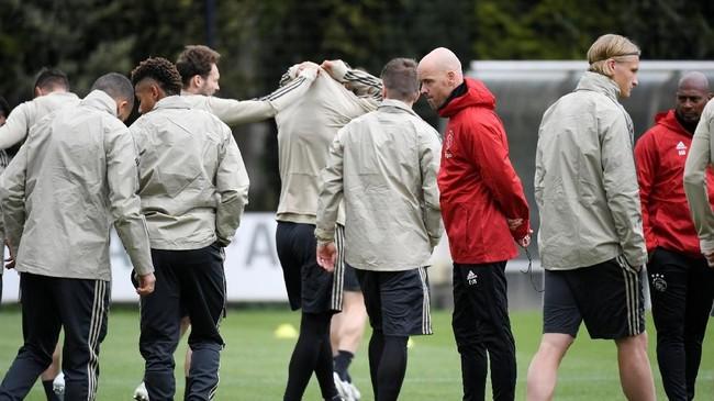 Pelatih Erik ten Hag memimpin latihan terakhir Ajax Amsterdam jelang melawan Tottenham Hotspur. Ajax menang 1-0 atas Tottenham Hotspur di leg pertama. (REUTERS/Piroschka Van De Wouw)