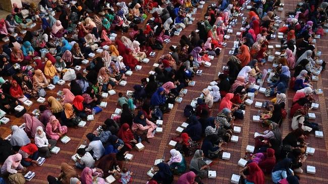 Umat muslim menanti waktu berbuka puasa di Masjid Istiqlal, Jakarta Pusat, Senin (6/5/2019). Masjid Istiqlal menyiapkan 2.000 - 4.000 takjil setiap hari selama Ramadhan 1440 H. (ANTARA FOTO/Sigid Kurniawan)