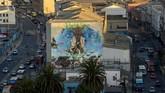 Selama beberapa tahun terakhir, tembok di sepanjang Elias Street telah diubah menjadi kanvas raksasa tempat seniman jalanan memamerkan keterampilan mereka.