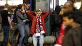 Suporter Ajax Amsterdam tak bisa menyembunyikan kekecewaannya karena Ajax sudah ada di atas angin. (REUTERS/Pascal Rossignol)