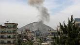 Deru peluru dan ledakan bom terdengar di ibu kota Afghanistan, Kabul, di tengah bulan Ramadan, tepatnya pada Rabu (8/5). (AP Photo/Rahmat Gul)