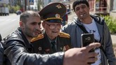 Dengan suara parau, seorang veteran Rusia berusia 100 tahun, Nikolay Begayev, menyampaikan pesan damai kepada cucunya dan dunia. (Reuters/Maxim Shemetov)
