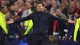 Manajer Tottenham Hotspur Mauricio Pochettino tidak bisa menahan tangis ketika The Lilywhites dipastikan lolos ke final Liga Champions usai mengalahkan Ajax Amsterdam. (REUTERS/Dylan Martinez)