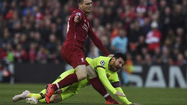 Laga Liverpool vs Barcelona baru berjalan sekitar tiga menit, Andrew Robertson tertangkap kamera mendorong kepala Lionel Messi. Beruntung bagi Robertson wasit Cuneyt Cakir tidak melihat insiden tersebut. (Paul ELLIS / AFP)