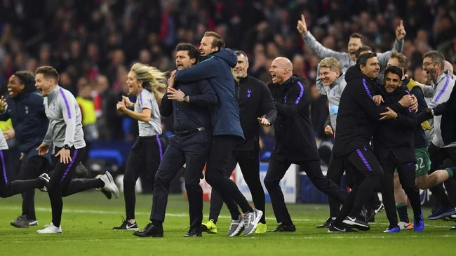 Harry Kane divonis cedera cukup panjang karena cedera engkel. Namun, penyerang Tottenham Hotspur itu tertangkap kamera bisa berlari dengan kencang usai laga melawan Ajax Amsterdam berakhir. (REUTERS/Dylan Martinez)