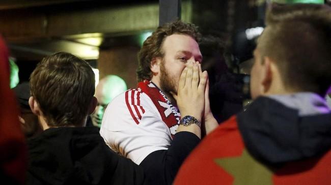 Pemandangan berbeda terjadi di babak kedua. Suporter Ajax Amsterdam harus menerima kenyataan pahit melihat timnya dibobol tiga kali oleh Lucas Moura. (REUTERS/Pascal Rossignol)