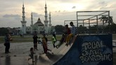 Sejumlah anak bersama orangtuanya bermain di Alun-alun Kota Tegal, Jawa Tengah, Rabu (8/5). Masyarakat setempat memanfaatkan alun-alun sebagai tempat ngabuburit atau menunggu waktu buka puasa tiba. (ANTARA FOTO/Oky Lukmansyah)