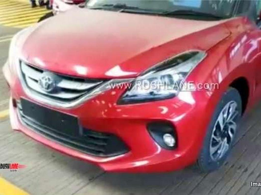 Baleno versi Toyota memang belum resmi diluncurkan. Tapi, wujud Glanza alias Baleno versi Toyota itu sudah muncul melalui video teaser. Foto: Rushlane