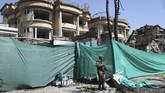 Setelah itu, lima orang bersenjata masuk ke dalam gedung dan melepaskan tembakan. (AP Photo/Rahmat Gul)