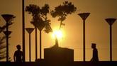 Pemandangan matahari terbenam menjadi panorama saat berbuka puasa di pelataran Masjid Terapung Amirul Mukminin, Anjungan Pantai Losari, Makassar, Sulawesi Selatan, Rabu (8/5). (ANTARA FOTO/Abriawan Abhe)