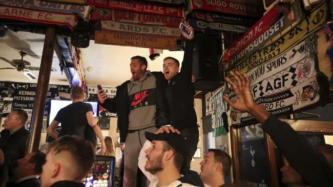 Hattrick Lucas Moura kemudian memberikan kegembiraan bagi suporter Tottenham Hotspur yang menonton di London. (Reuters/Peter Cziborra)