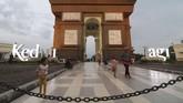 Pengunjung berada di area monumen Simpang Lima Gumul (SLG) Kediri, Jawa Timur, Selasa (7/5). Warga setempat memanfaatkan monumen yang mirip Arc de Triomphe di Paris, Prancis, tersebut sebagai tempat ngabuburit. (ANTARA FOTO/Prasetia Fauzani)
