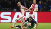 Dua pemain Ajax Amsterdam Hakim Ziyech (kiri) dan Noussair Mazraoui tetap menjalani puasa saat melawan Tottenham Hotspur. Kedua pemain baru berbuka puasa saat laga di Johan Cruyff Arena berjalan 24 menit. (AP Photo/Peter Dejong)