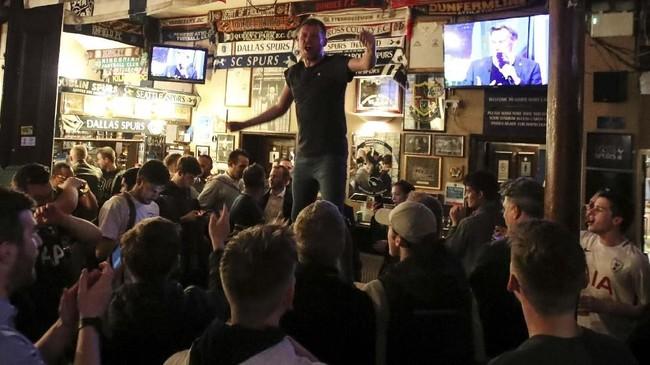 Akhir pertandingan Tottenham Hotspur lawan Ajax Amsterdam pada leg kedua semifinal Liga Champions menjadi akhir yang bahagia untuk suporter Tottenham. (Reuters/Peter Cziborra)