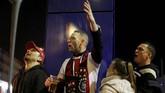 Suporter Ajax Amsterdam sempat larut dalam kegembiraan karena sudah unggul 2-0 di babak pertama. (REUTERS/Pascal Rossignol)