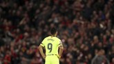 Penyerang Barcelona Luis Suarez mendapat cemoohan dari puluhan ribu suporter Liverpool dengan teriakan 'Gigi' dan 'Curang'. Kenangan indah tiga musim bersama Liverpool sudah tidak berarti untuk Suarez. (Reuters/Carl Recine)