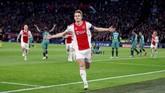 Kapten Ajax, Matthijs de Ligt, berhasil mencetak satu gol di laga ini namun tetap tidak menghindarkan Ajax Amsterdam dari kekalahan 2-3 yang membuat tuan rumah gagal lolos ke final Liga Champions. (Action Images via Reuters/Matthew Childs)