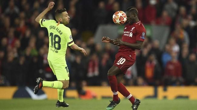 Bek kiri Barcelona Jordi Alba (kiri) bermain buruk saat dikalahkan Liverpool 0-4. Bek timnas Spanyol itu melakukan dua blunder yang berujung dengan dua gol pertama Liverpool yang dicetak Divock Origi dan Georginio Wijnaldum. (Oli SCARFF / AFP)