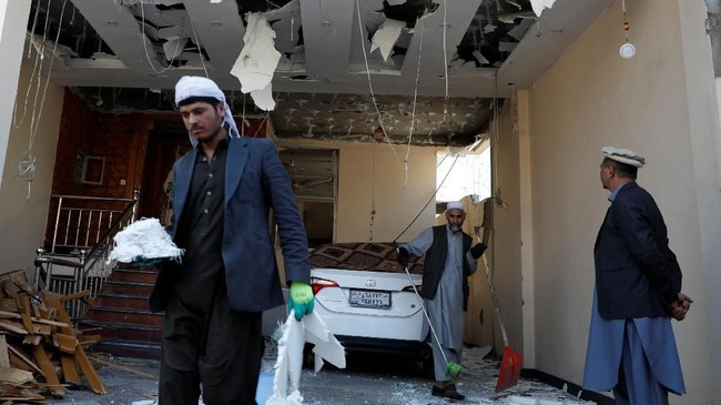 Serangan itu juga melukai 24 orang. Belum diketahui korban meninggal itu merupakan pegawai LSM itu atau bukan. (Reuters/Omar Sobhani)