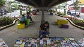 Warga membaca buku di perpustakaan jalanan di Taman Millenial, Karawang, Jawa Barat, Rabu (8/5). Setiap hari Rabu pada bulan Ramadan, Komunitas Perpustakaan Karawang memanfaatkan ruang publik untuk membuka perpustakaan jalanan demimeningkatkan minat baca sekaligus sebagai sarana menunggu waktu berbuka puasa. (ANTARA FOTO/M Ibnu Chazar)