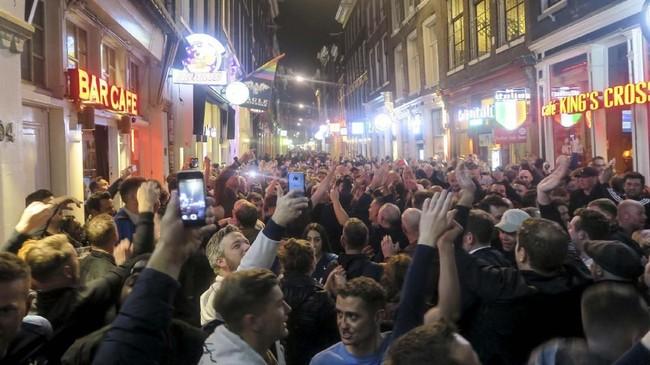 Kegembiraan tentunya lebih dirasakan oleh suporter Tottenham Hotspur yang mendukung langsung perjuangan 'The Lilywhites' di Amsterdam. (Reuters/Tom Jacobs)
