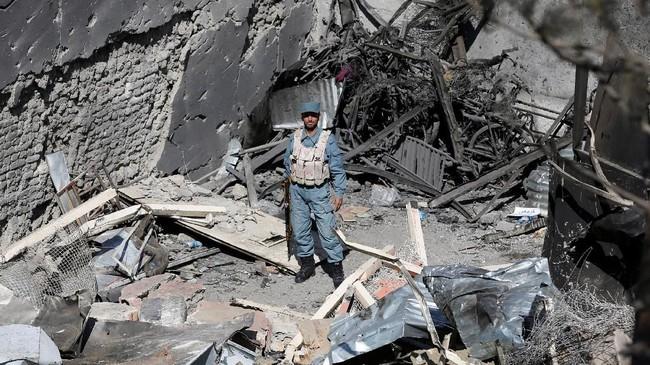 Serangan bermula ketika seorang pelaku meledakkan diri di depan kantor Counterpart International yang berdekatan dengan Kejaksaan Agung Afghanistan. (Reuters/Omar Sobhani)