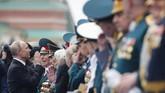 Pawai peringatan pada Kamis (9/5) tersebut disaksikan langsung oleh Presiden Rusia, Vladimir Putin. (Reuters/Maxim Shemetov)