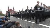 Selain pelontar rudal rudal jarak jauh, Rusia juga memamerkan sistem pertahanan misil S-400 kebanggaan mereka dalam pawai di Red Square ini. (Reuters/Maxim Shemetov)