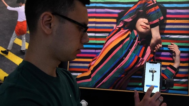 Selama enam minggu setelah pembukaan, StoryMaker Festival akan menyatukan 40 seniman, penyair, aktivis, musisi, fotografer, pembuat film untuk merayakan dan menginspirasi peserta agar menceritakan kisah mereka sendiri. (REUTERS/Clodagh Kilcoyne)