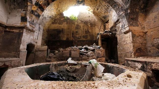 Konsep pemandian umum sebelumnya telah menjadi 'makanan pokok' bagi kehidupan masyarakat Aleppo selama berabad-abad. Namun, pertempuran membuat sebagian besar pemandian harus tutup dan tak beroperasi. (REUTERS/Omar Sanadiki)
