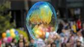Bayangan para peserta Parade Gelembung Udara di Bukarest, Rumania, tercermin pada suatu gelembung. Ajang tersebut berskala internasional dan digelar di 125 kota di 60 negara. (AP Photo/Vadim Ghirda)