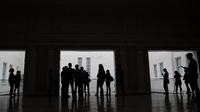 Para pengunjung berkumpul di Perpustakaan Carnegie dalam pembukaan Apple. (REUTERS/Clodagh Kilcoyne)