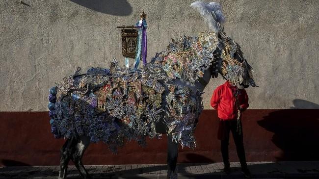 Kuda yang telah dihias akan mengikuti festival