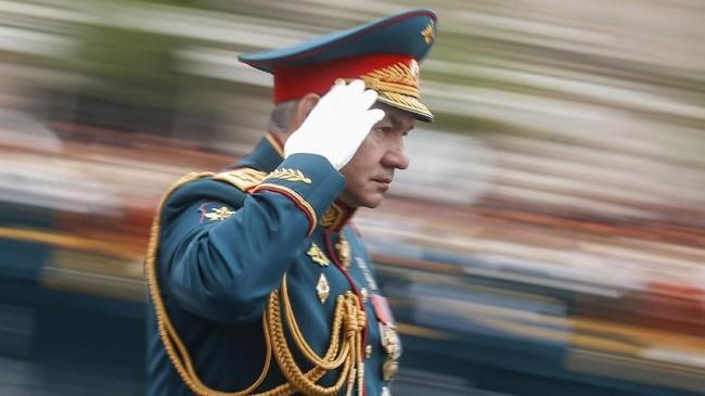 Para ahli pun menganggap kekuatan militer yang dipamerkan Rusia dalam pawai ini sudah terlalu tertinggal di tengah peningkatan ancaman keamanan. (Reuters/Maxim Shemetov)