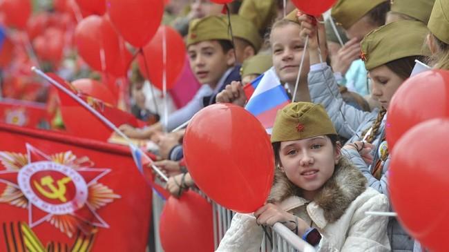 Pemerintah Rusia biasanya memanfaatkan parade semacam ini untuk memupuk patriotisme rakyat. (Reuters/Sergey Pivovarov)