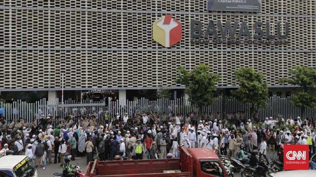 Dikawal Massa Serba Putih, BPN Adukan Jokowi ke Bawaslu