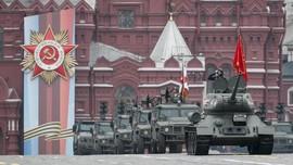 FOTO: Rusia Pamer Pelontar Rudal di Pawai Peringatan PD II