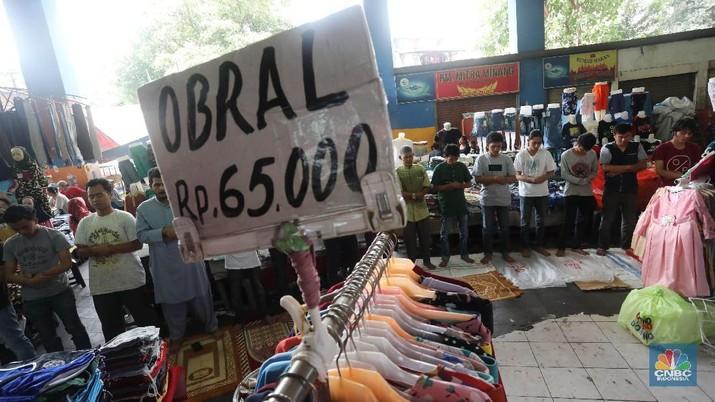 Penjualan ritel terkontraksi pada Februari dan diramal berlanjut pada Maret. Indikasi ekonomi Indonesia dalam tekanan.