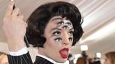 Ezra Miller tiba untuk mengikuti Met Gala di Museum Seni Metropolitan di New York. Acara amal ini digelar untuk mencari dana untuk Institut Kostum di museum tersebut. (Photo by ANGELA WEISS / AFP)