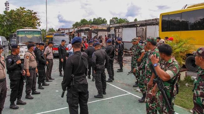 Petugas gabungan bersiaga di halaman Rutan pasca terjadinya kerusuhan yang berujung pembakaran di Rutan Kelas II B Siak Sri Indrapura, Kabupaten Siak, Riau, Sabtu (11/5). Petugas masih terus memburu 31 orang narapidana yang kabur dalam peristiwa tersebut. (ANTARA FOTO/Rony Muharrman/hp).