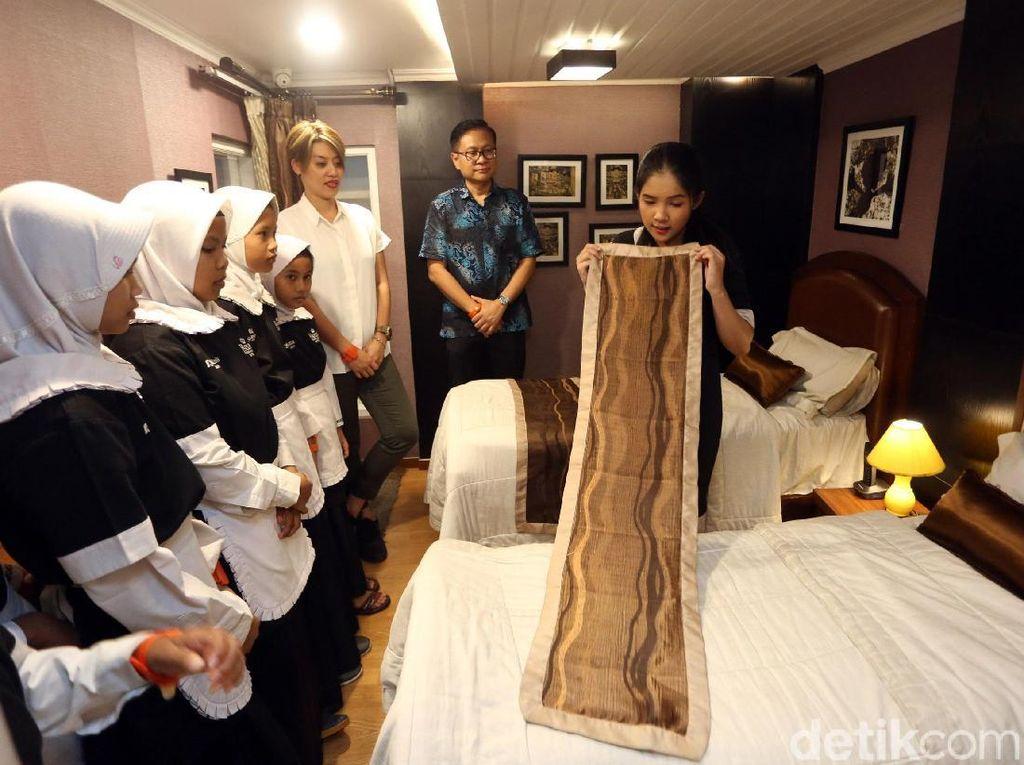 Anak-anak tersebut nampak serius memperhatikan tata cara membersihkan kamar tidur saat berperan sebagai petugas hotel saat bermain di Kidzania, Jakarta.